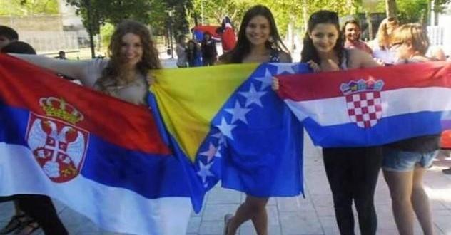 djevojke-zastave-srb-bih-cro[1]
