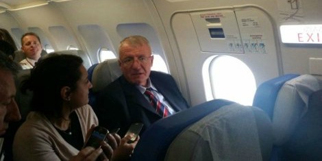 šešelj u avionu