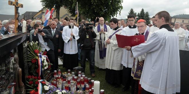 Bleiburg, 16.05.2015 - Na Bleiburškom polju počelo je u subotu prije podne obilježavanje 70. godišnjice bleiburške tragedije u svibnju 1945. kada je jugoslavenska vojska likvidirala desetke tisuća pripadnika vojske poražene NDH i civila. Na slici zagrebački nadbiskup, kardinal Josip Bozanić predvodio je misno slavlje molitvom na groblju u Unterloibachu odakle se u procesiji kreće do oltarnog prostora na Blajburškom polju. foto HINA/ Dario GRZELJ /ds