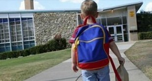 dječak, školska torba