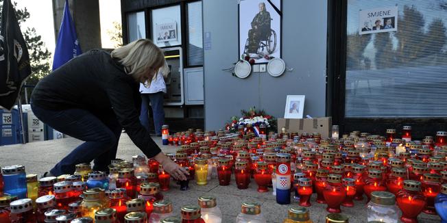 Zagreb, 221014. Prosvjed branitelja ispred Ministarstva branitelja nastavlja se. Tokom cijelog dana pale se svijece za preminulu braniteljicu Nevenku Topalusic. Foto: Bruno Konjevic / CROPIX