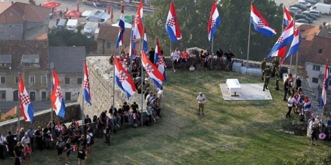 kninska tvrđava, zastave