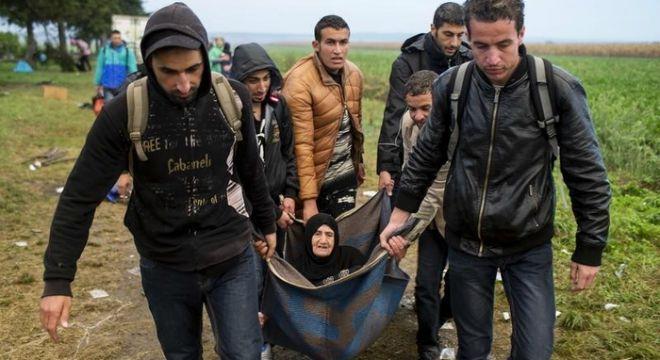 izbjeglice nose staricu, reuters