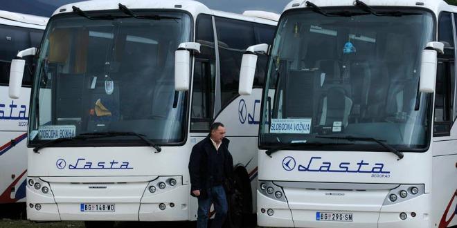 Knin, 041211. Parlamentarni izbori 2011. Gradjani iz Srbije autobusima su jutros stigli na glasovanje u Knin i okolicu. Foto: Niksa Stipanicev / CROPIX