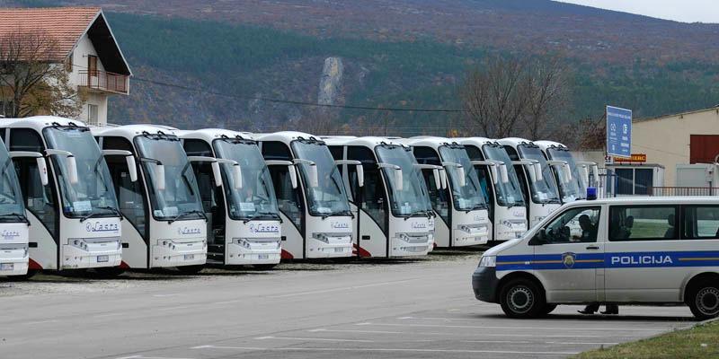 Knin, 041211. Parlamentarni izbori 2011. Gradjani iz Srbije autobusima su jutros stigli na glasovanje u Knin i okolicu. Na slici: policija cuva autobuse. Foto: Niksa Stipanicev / CROPIX