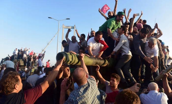 turska vojska, građani na tenku