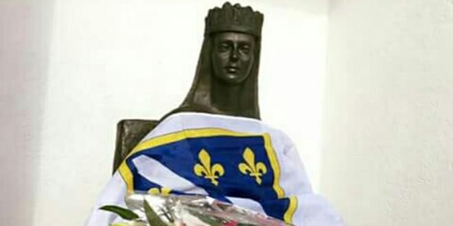 kraljeva-sutjeska-2kraljicu-katarinu-u-kraljevoj-sutjesci-obukli-u-zastave-s-ljiljanima-660x330
