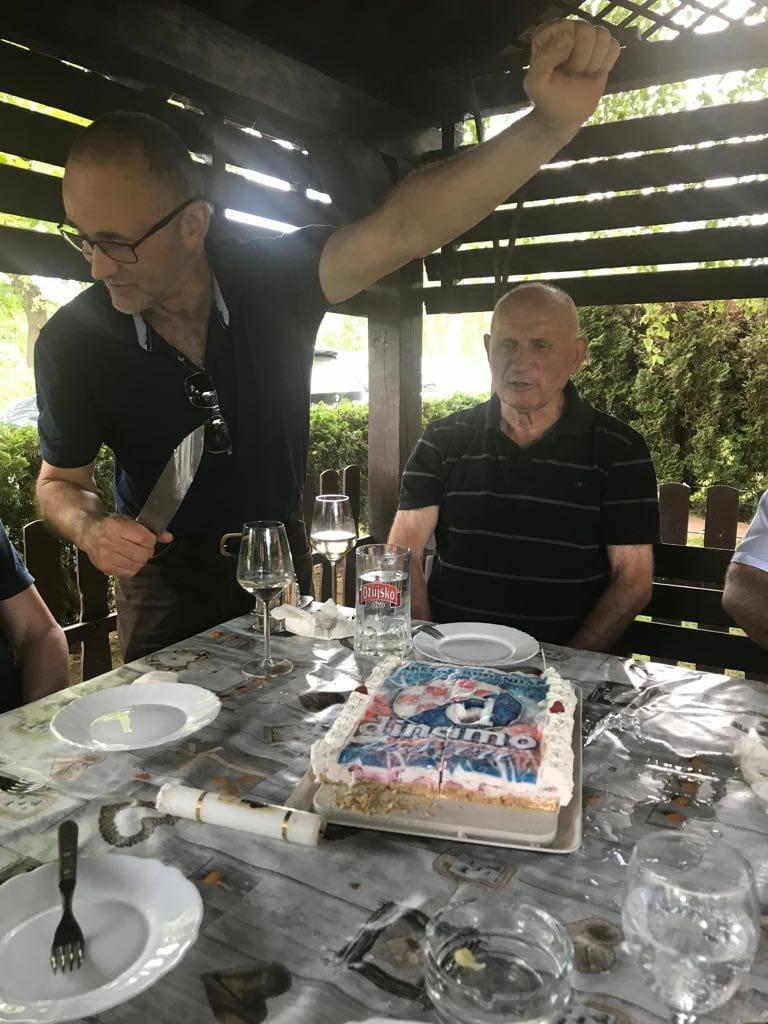 Darko Krušlin reže tortu s grbom Dinama